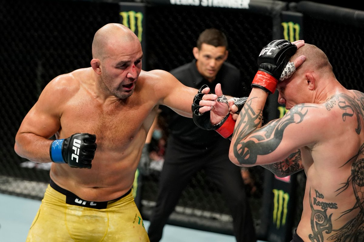 Glover Teixeira strikes Anthony Smith